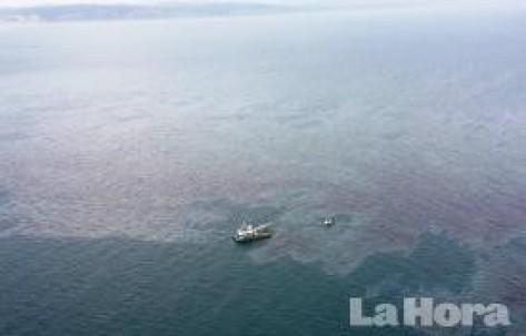 PANORÁMICA. Desde el aire se puede observar la mancha de combustible que se derramó sobre las aguas esmeraldeñas. Foto: La Hora