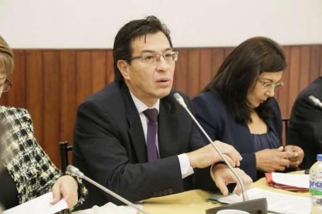 El ministro de Educación, Fánder Falconí, acudió la mañana de ayer a la Comisión Aampetra. Foto: La Hora