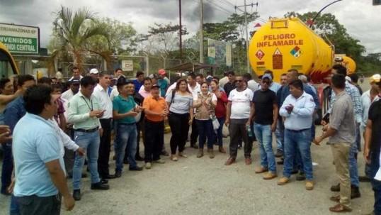 Los transportistas del cantón Shushufindi reunidos con autoridades de la provincia. Foto: Extra