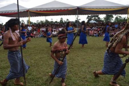 SANTO DOMINGO. Miembros del grupo Tsanki Nua realizaron demostraciones ante la comunidad tsáchila como parte de un evento. Foto: El Universo