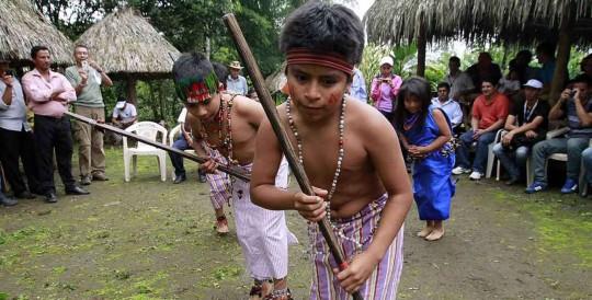 La chicha de chonta se sirve a los presentes en 'piningas' (pilche o recipiente). Foto: El Tiempo