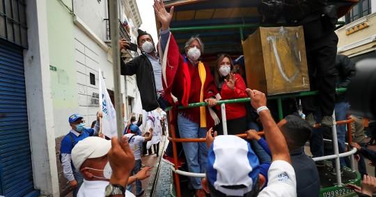 Guillermo Lasso cerró su campaña en una 'chiva quiteña' / Foto: EFE