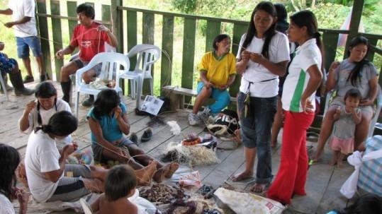 Las artesanas muestran sus saberes a los más chiquitos. Foto: Expreso
