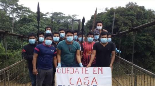 En la parroquia Montalvo (Pastaza), en la zona fronteriza con Perú, el grupo de seguridad de la nacionalidad Andwa controla el ingreso a la comunidad para prevenir el Covid-19, el 29 de marzo de 2020. - Foto: @confeniae1