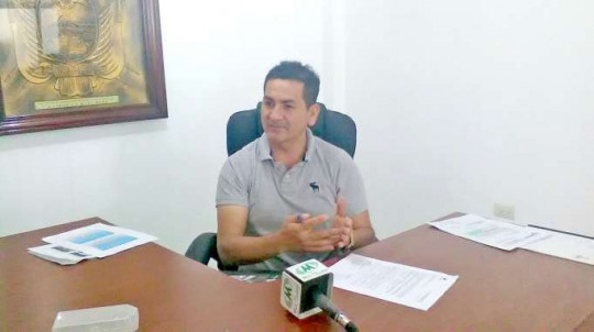 Carlos Chamba señala que los nuevos recursos permitirán a los gobiernos locales mejorar las condiciones de vida de sus pobladores. Foto: La Hora