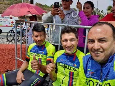 Destacado. Jefferson Albeiro Cepeda (c) junto a Segundo Navarrete y el entrenador Santiago Rosero. Foto: La Hora