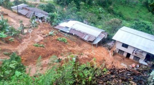 Un derrumbe bloqueó el paso en la vía Baños Puyo, tras las fuertes lluvias. Foto: El Comercio
