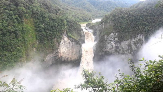 Con una altura de 150 metros y 14 metros de ancho, es la más alta del Ecuador.  Foto: El Universo