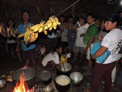 La chuculada, reparto de chucula mezclada con chicha de yuca, es una especie de fiesta tradicional de los waoranis en la comunidad Yarentaro.