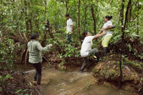 Los pobladores de Zancudo Cocha saben sortear los obstáculos en la selva. Foto: La Hora