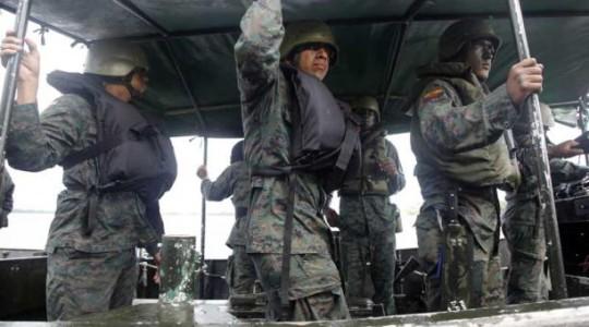 Militares de la Marina ecuatoriana en un patrullaje fluvial en el brazo de mar de San Lorenzo, Esmeraldas, en abril. Foto: El Comercio