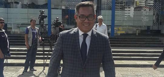 Paúl Ocaña, abogado de uno de los vinculados en este caso, estuvo entre los asistentes a la audiencia fallida en la Fiscalía General del Estado. Foto: El Telégrafo