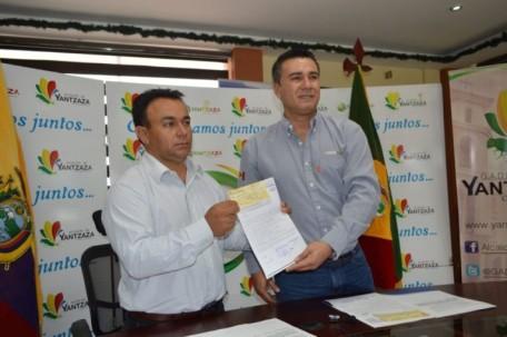 El alcalde Bladimir Armijos (I) recibe el cheque, de Winer Bravo, gerente de Responsabilidad Social y Comunidades de Lundin Gold. Foto: El Mercurio