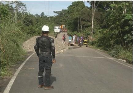 En total son 5.000 habitantes perjudicados, entre otras cosas por el traslado de víveres. Foto: Ecuavisa