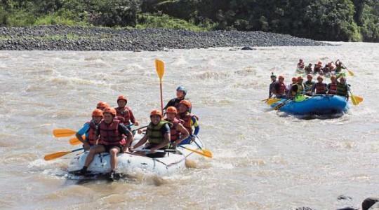 Un grupo de turistas recorre los 16 kilómetros del río Pastaza en el rafting. Foto: El Comercio