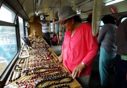 Los turistas podrán disfrutar en la barcaza de la gastronomía y artesanías de los pueblos amazónicos. Foto: El Universo