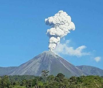 COLOSO. El volcán Reventador tuvo una erupción en 2002 que afectó a Quito, debido a la cantidad de ceniza. Foto: La Hora