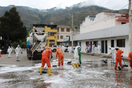 En Paute, la Municipalidad trabaja en la desinfección de lugares públicos. Foto: El Mercurio