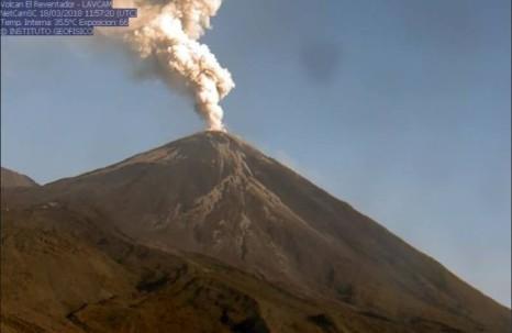 El volcán Reventador mantiene una actividad eruptiva alta. Durante la noche, la mayor parte del tiempo, el volcán estuvo despejado, se observó incandescencia en el cráter, emisiones de gas y ceniza con alturas mayores a los 600m. Foto: El Universo