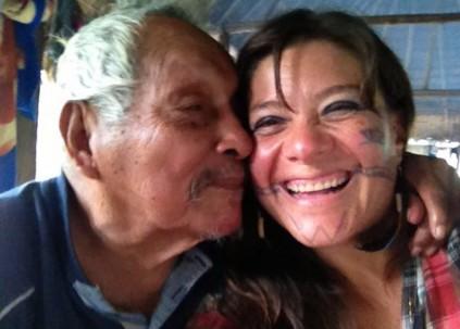 Cesario Ishigua Santi (i) con la ambientalista Belén Páez. Foto: La Hora