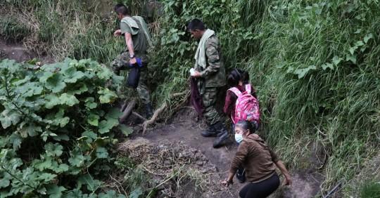 Valentina Arellano, de 9 años, bordea el precipicio entre Colombia y Ecuador para estudiar / Foto: EFE