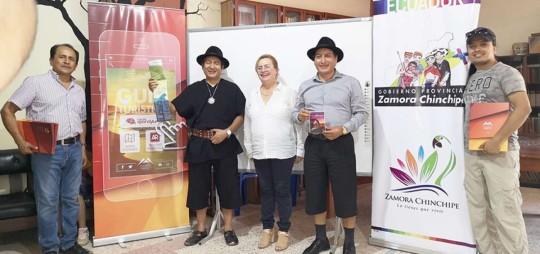Mónica Rodríguez (centro) presentó la iniciativa. El prefecto de la provincia, Salvador Quishpe, vestido de negro, mostró los mapas. Foto: El Telégrafo