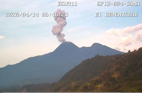 Una columna de ceniza de 600 metros de altura se registró en el volcán Reventador, informó el ECU 911. Foto: Cortesía
