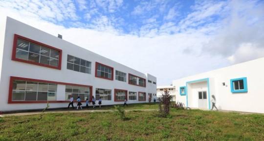 ARAJUNO, Pastaza. La Unidad educativa del milenio Toñe cuenta con diversos espacios, como laboratorios de química y patio cívico. Foto: El Universo