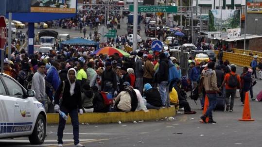 Migrantes venezolanos en el puente de Rumichaca. Foto: Expreso
