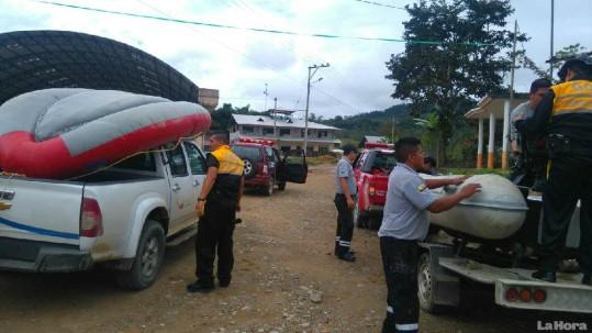 Bomberos y personal del GOE arribaron al sector para buscar los cuerpos de las víctimas. Foto: La Hora