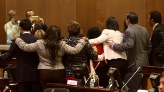 Flash. Un grupo de asambleístas posa para la foto de familia por el Día de la Niña. La Asamblea lo celebró, pero la mayoría se negó a debatir sobre el abuso sexual en las escuelas. Foto: Expreso