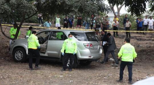 El vehículo en el que se trasladaba Carlos Karolys recibió 12 impactos de bala y quedó en el km 14 de la vía a Daule. Foto: El Comercio