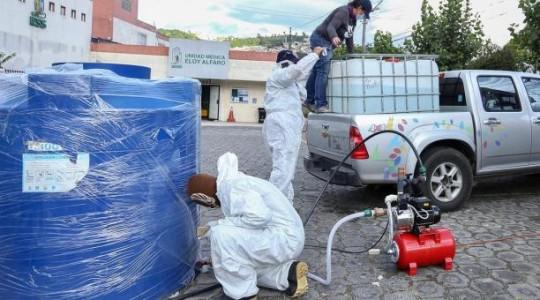 Las autoridades informaron que se han fabricado arcos de desinfección para mercados, uno de ellos se encuentra instalado en San Roque, en el centro de Quito. Y en los próximos días se espera que empiece a operar una máquina para la sanitización de calles y veredas. Foto Twitter Otto Sonnenholzner