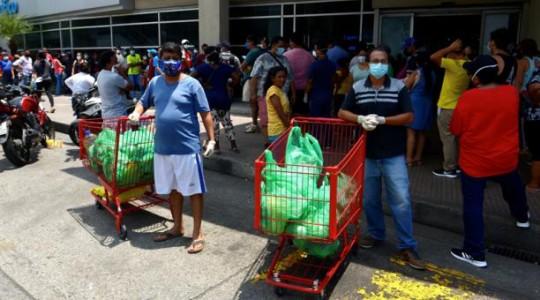Ayer (jueves 2 de abril del 2020) en Guayaquil, decenas de personas se aglomeraron en un supermercado para abastecerse de víveres. Foto: EFE