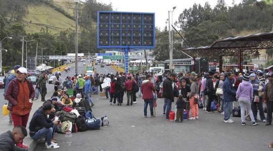 En el puente de Rumichaca se da servicios de orientación migratoria a ciudadanos que llegan de Venezuela. Foto:  El Comercio