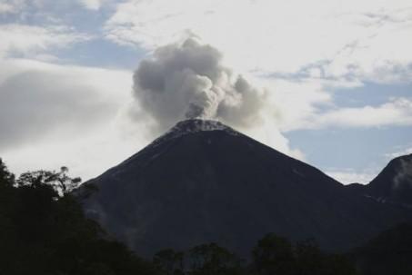 Imagen del volcán El Reventador captada en mayo de 2014. Está ubicado aproximadamente a 90 kilómetros al este de Quito, en el límite de las provincias de Napo y Sucumbíos. Foto: El Universo