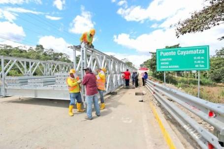 TRABAJO. Técnicos del MTOP instalar las planchas de metal para la apertura del puente. Foto: La Hora