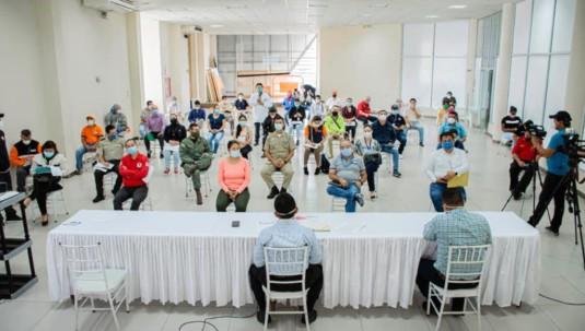 El 13 de mayo de 2020 se reunió el COE cantonal de Lago Agrio bajo las normas de distanciamiento social. - Foto: Cortesía Municipio de Lago Agrio