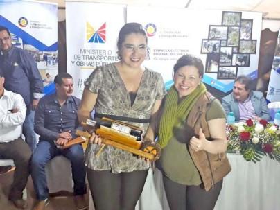EVENTO. La ministra de Electricidad y Energía Renovable, Elsy Parodi Ocaña, junto a Alicia Jaramillo, titular de la Eerssa, durante el acto de inauguración de las obras de electrificación en Zamora.