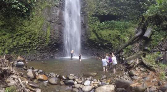 Los turistas extranjeros visitan las cascadas de la comunidad Shamasunchi. Foto: El Comercio