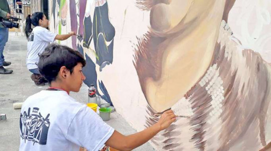 Los pintores plasman en las paredes los atributos naturales que posee la ciudad. Foto: La Hora