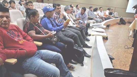 Ayer a la Gobernación acudieron dirigentes que reclaman la propiedad de los predios. Foto: La Hora