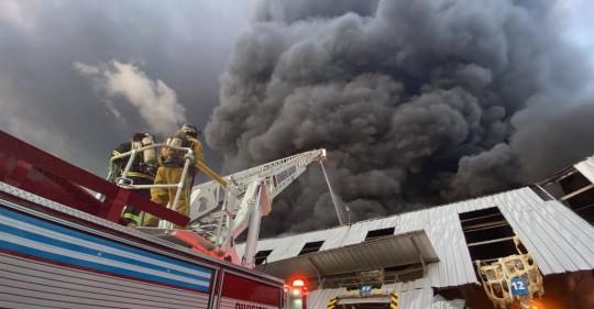 Más de medio millar de bomberos sofocaron incendio en Guayaquil / Foto EFE