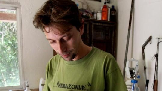 Mamíferos. Uno de los investigadores analiza una especie selvática. Foto: Expreso