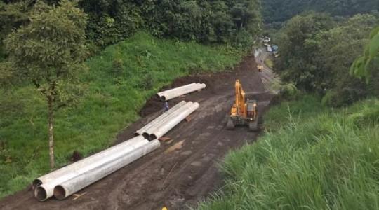 Un grupo de técnicos del Oleoducto de Crudos Pesados (OCP) repara oleoductos dañados por un deslave registrado a inicios de abril del 2020. Foto: EFE/ OCP