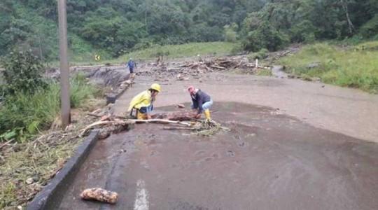 Este lunes 3 de diciembre del 2018 se registra el desbordamiento del río Santa Rosa, sector El Chaco. La vía se encuentra inhabilitada. Foto:  El Comercio