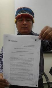 El dirigente exhibe el nombramiento oficial. Foto: La Hora