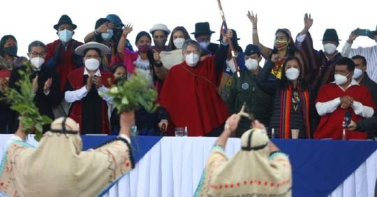 Guillermo Lasso recibió el bastón de mando de manos indígenas / Foto: Cortes