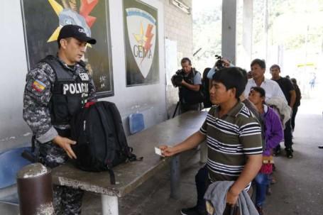 Los pasajeros hacen fila para el chequeo de equipaje de mano y de documentación. Foto: La Hora