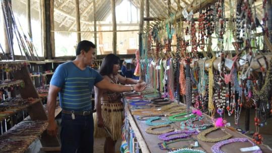 Manuel Anchundia es oriundo de Manabí y aprendió sobre las artesanías que realizan las féminas. Foto: Expreso